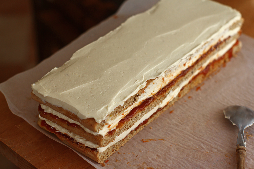prajitura cu nuca, gem, crema de vanilie si ciocolata asamblare 4