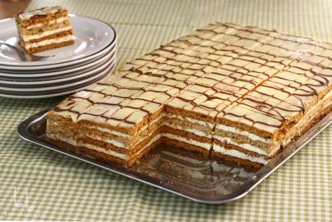 """Prăjitura """"Frumoasa Adormită"""" cu foi cu miere și nucă, rețetă video"""