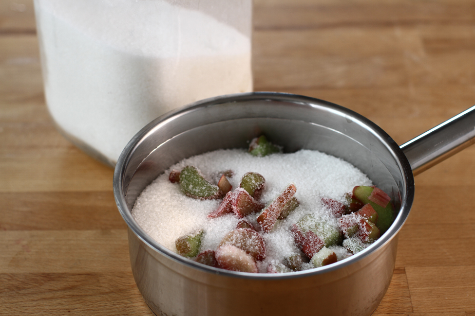 tarte cu crema de vanilie, rubarba si capsuni preparare 2