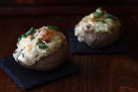 Cartofi copți umpluți cu brânză și bacon