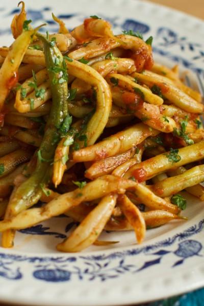 fasole verde pastai cu usturoi si rosii-retetecalamamaro