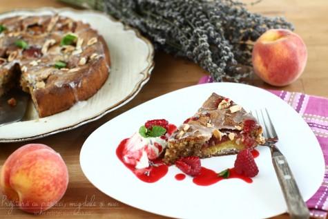 Prăjitură cu piersici, nuci și migdale, fără făină