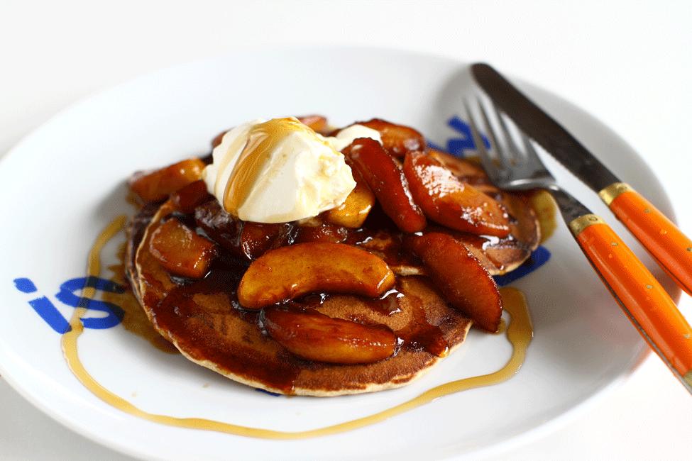 Pancakes cu ovăz și mere caramelizate - rețetă video