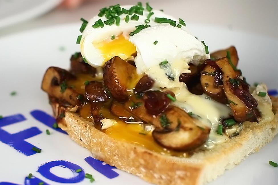 reteta video bruschette calde cu ciuperci si ou posat retete mic dejun