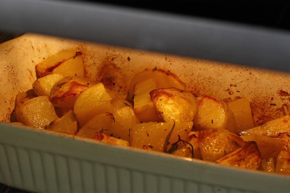 cartofi-noi-cu-usturoi-si-rozmarin-la-cuptor-reteta-cu-poze-pas-cu-pas