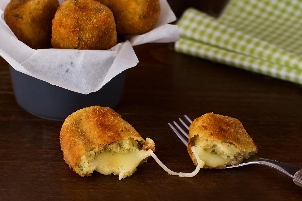 crochete de cartofi cu branza crochete de cartofi umplute cu cascaval