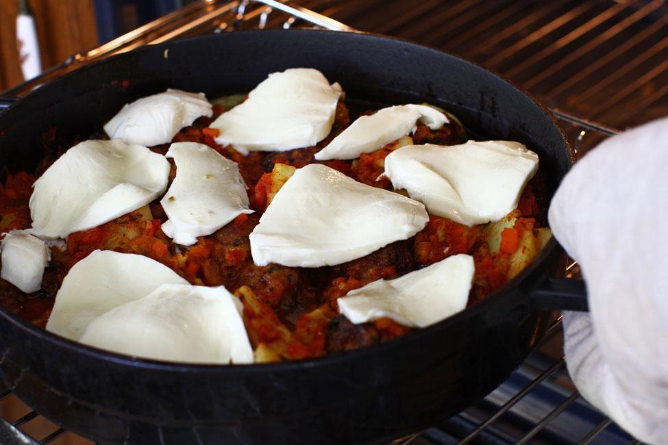 chiftele-gratinate-cu-cartofi-reteta-adaugare-mozzarella