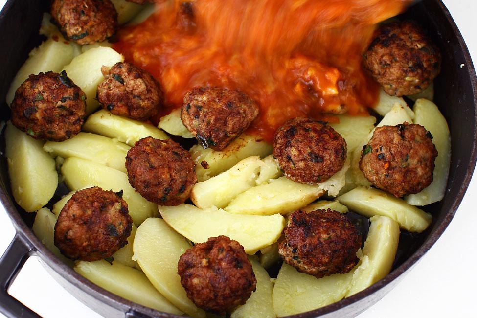 chiftele-gratinate-cu-cartofi-reteta-adaugarea-sosului-peste-cartofi-si-chiftele