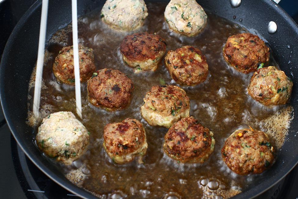 chiftele-gratinate-cu-cartofi-reteta-prajirea-chiftelelor