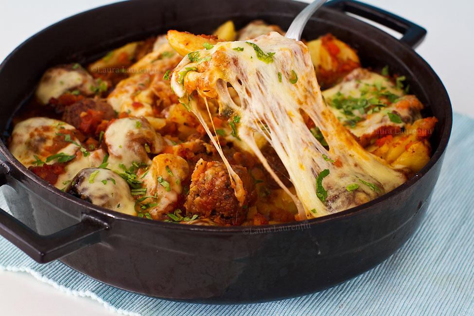 Chiftele gratinate, cu cartofi și sos de roșii cu legume