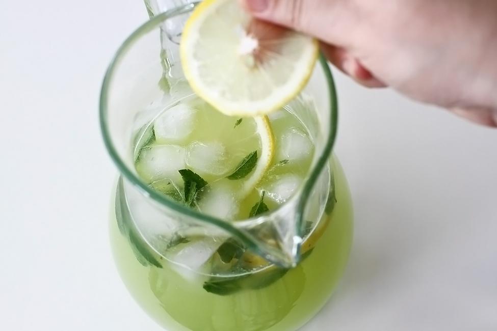 limonada cu castraveti in carafa