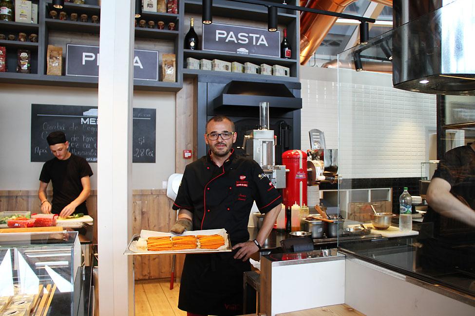 Nicolaie-Tomescu-gatind-in-bucataria-restaurantului-La-Fabrica