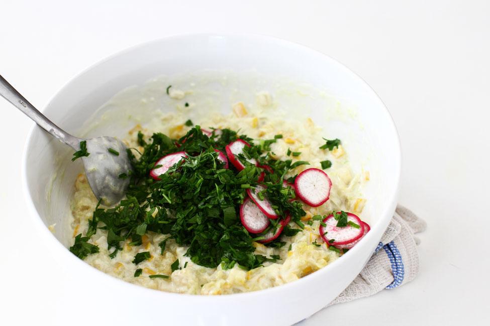 asamblare-salata-de-dovlecei-cu-dressing-de-iaurt-si-usturoi