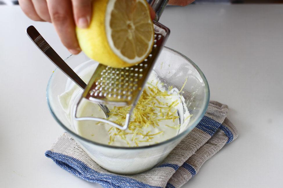 reteta-de-salata-de-dovlecei-pas-cu-pas-asezonarea-dressingului-de-iaurt