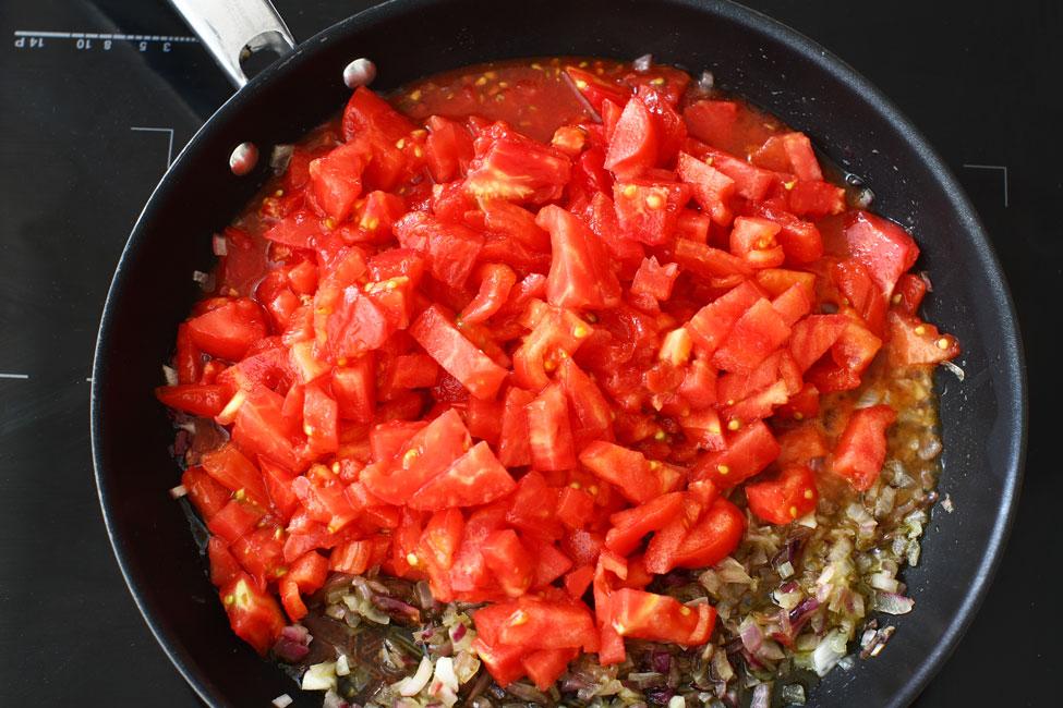 reteta-dovlecei-cu-branza-si-rosii-la-cuptor-prepararea-sosului-de-rosii