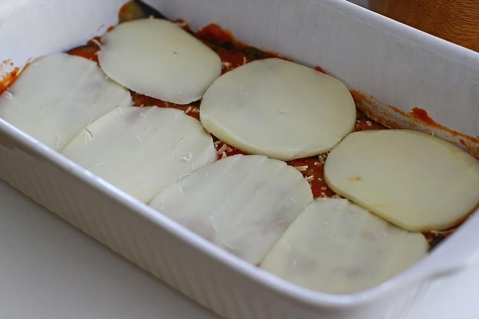 reteta-melanzane-alla-parmigiana-vinete-cu-parmezan-asamblare-in-tava-felii-de-mozzarella