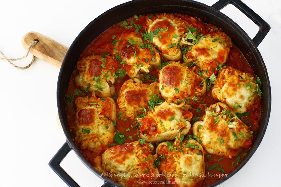 Ardei umpluți cu orez și brânză, în sos de roșii, la cuptor