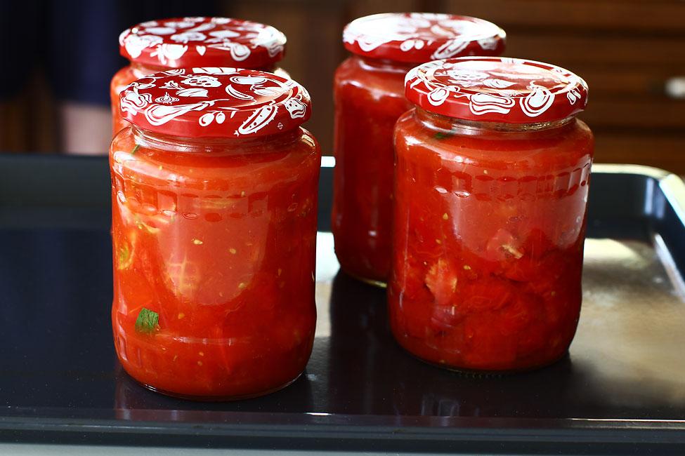 reteta-rosii-la-borcan-pentru-ciorba-pe-iarna-borcanele-cu-preparatul-pregatite-de-sterilizare