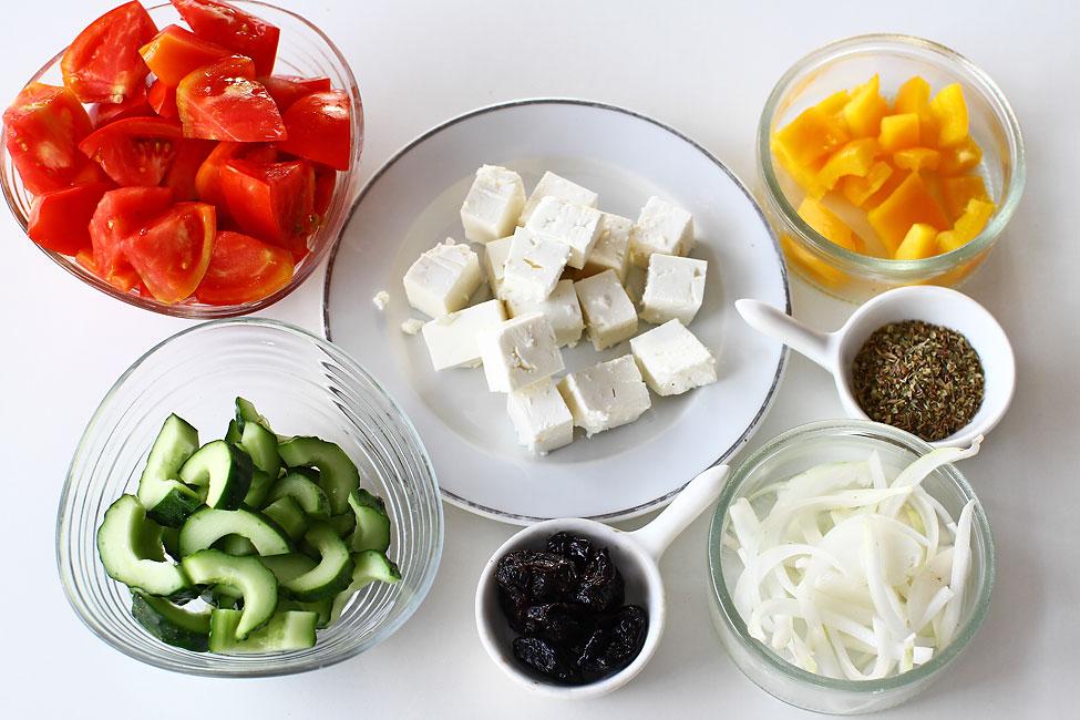salata-greceasca-reteta-cu-poze-ingredientele-pregatite-de-amestecare