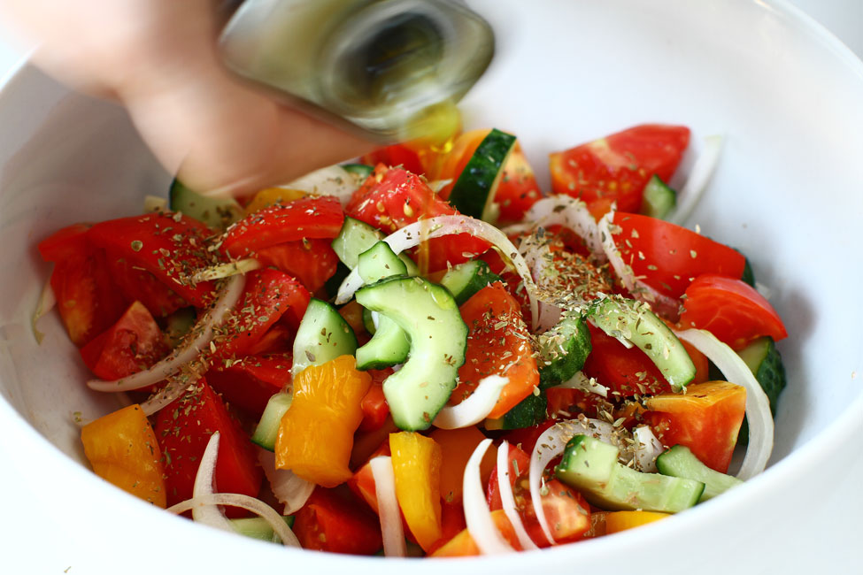 salata-greceasca-reteta-cu-poze-ulei-de-masline-salata-greceasca