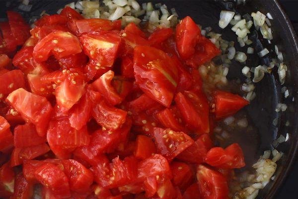 sos-de-rosii-pentru-paste-la-borcan-adaugarea-rosiilor-curate-peste-ceapa-calita