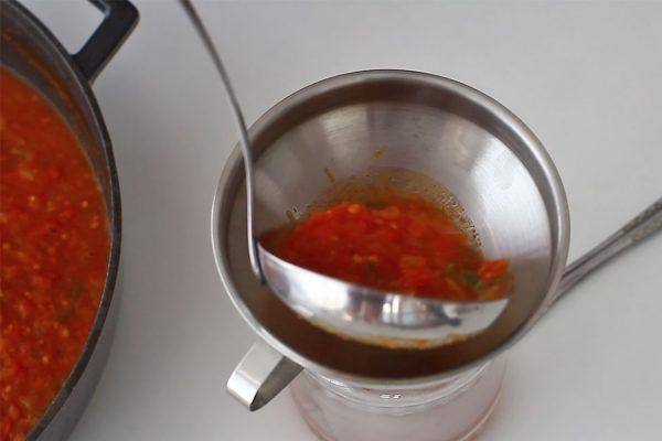 turnarea-sosului-de-rosii-pentru-paste-in-borcane-sterilizate