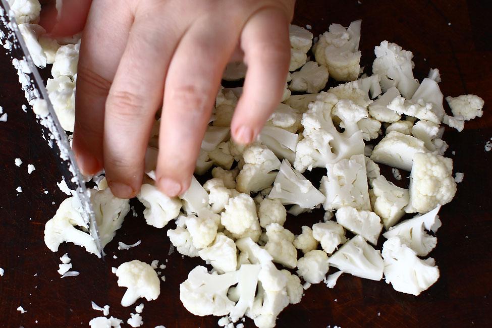 conopida-taiata-in-bucatele-mici-pentru-reteta-de-ciorba-de-conopida-fara-carne