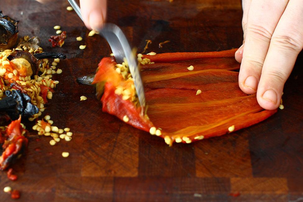 curatarea-de-seminte-si-cotoare-a-ardeilor-copti-pentru-reteta-de-pasta-de-ardei-ajvar-la-borcan-pentru-iarna