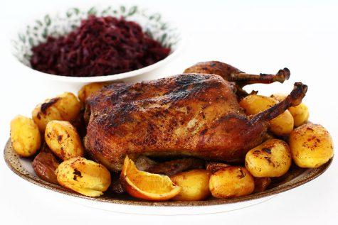 Rață la cuptor cu cartofi și varză roșie călită, rețetă video