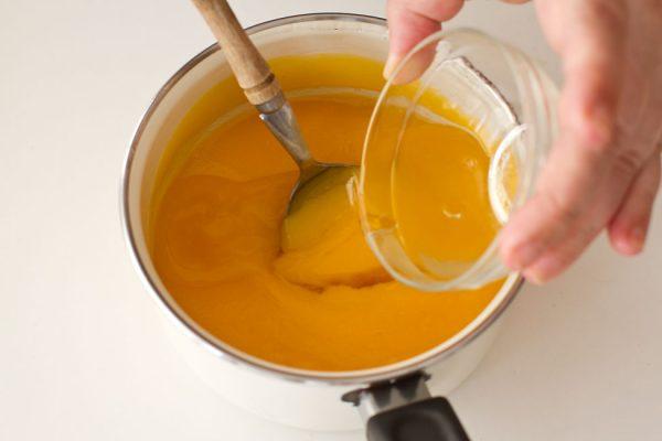 adaugarea-gelatinei-la-lemon-curd-reteta-tort-de-lamaie-cu-blat-de-cocos