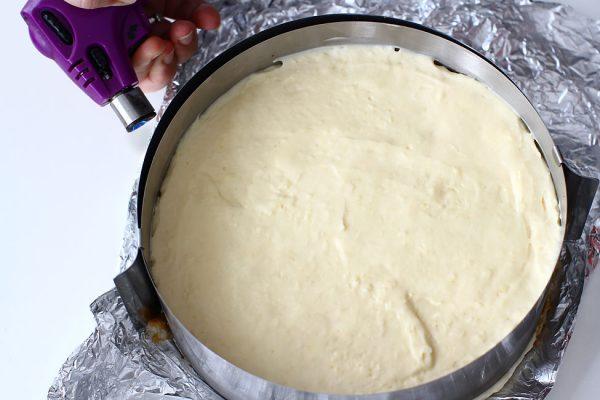 tort-de-lamaie-cu-blat-de-cocos-scoaterea-din-forma-cu-inel-detasabil