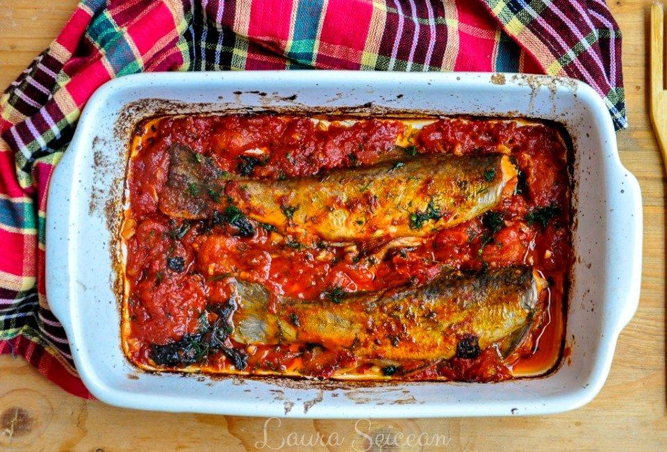 pește la cuptor cu roșii și usturoi