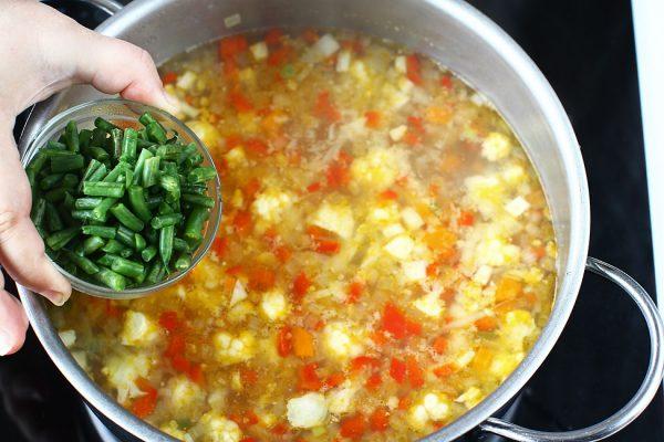 adaugat-fasole-verde-in-oala-cu-ciorba-de-legume-de-post-reteta-de-post-cu-poze
