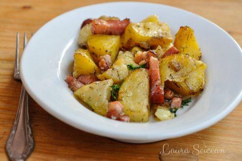 Cartofi la cuptor cu bacon și ceapă – rețetă rapidă