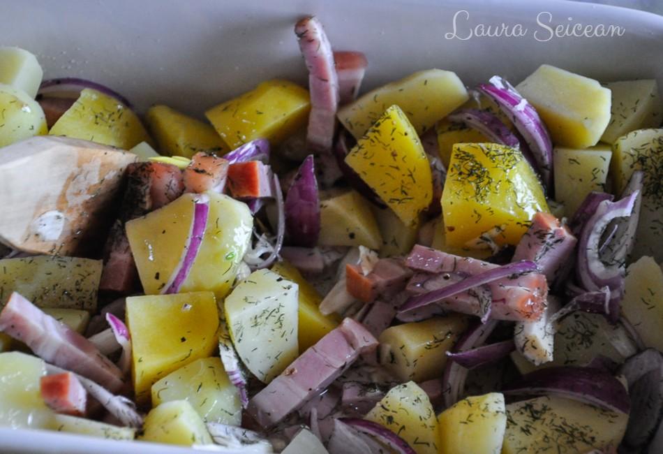 cartofi la cuptor cu bacon și ceapă - amestecarea ingredientelor