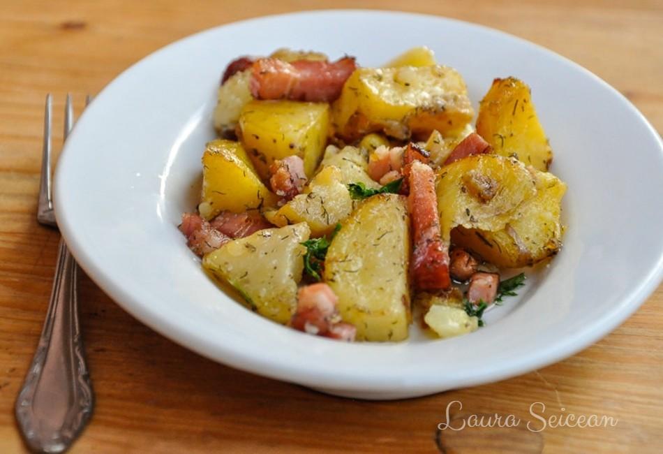 Cartofi la cuptor cu bacon și ceapă - rețetă rapidă
