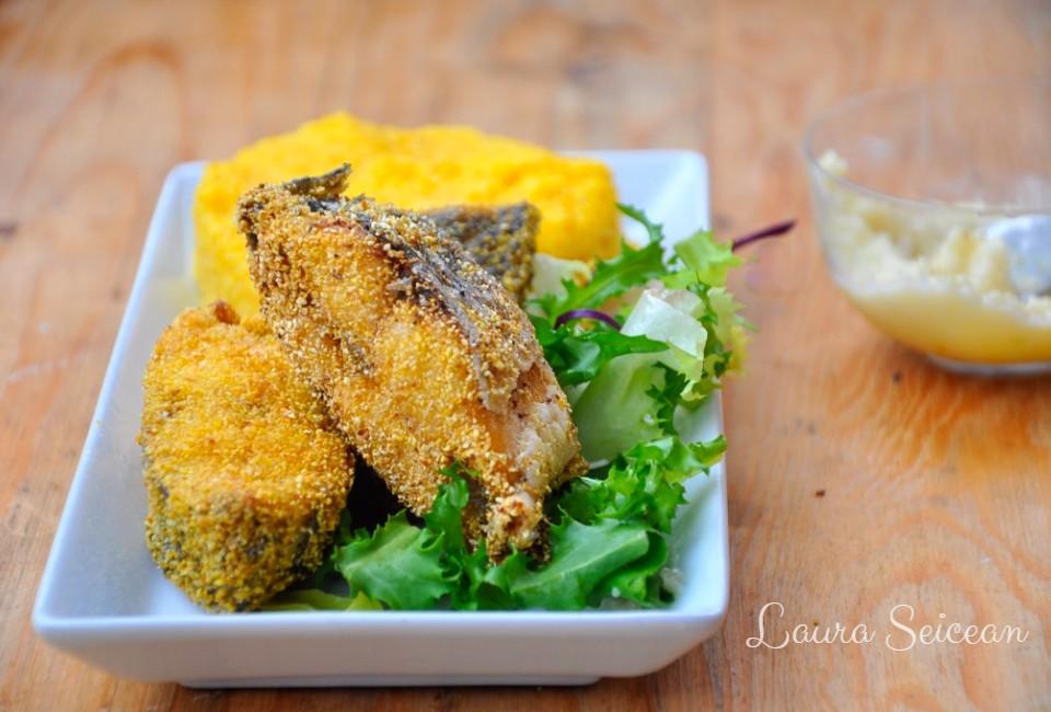 Pește prăjit în crustă de mălai, cu mujdei și mămăligă