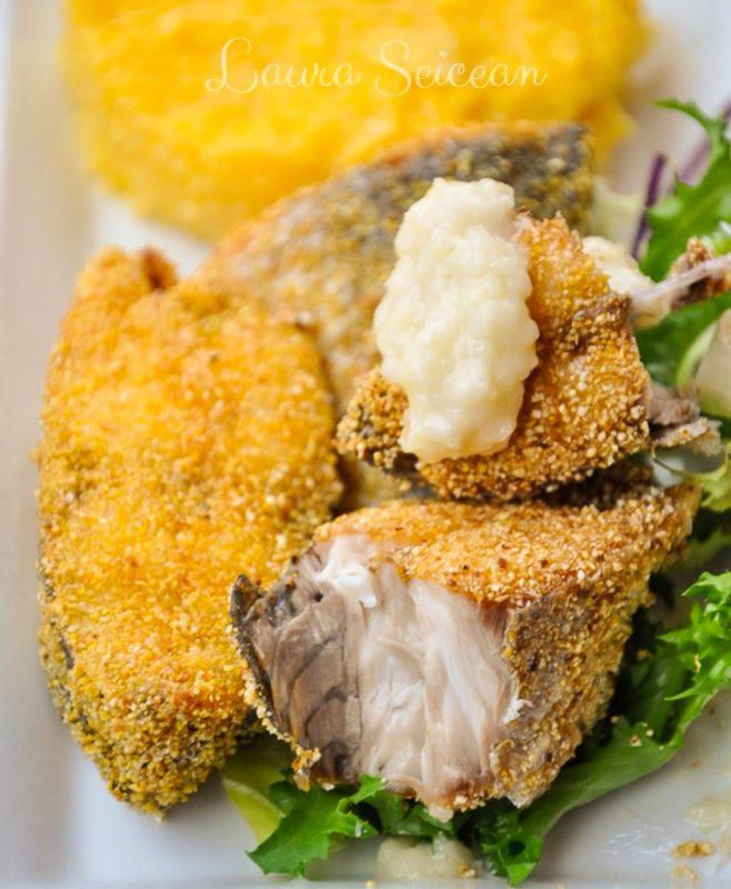 pește prăjit în crustă de mălai cu mămăligă și mujdei