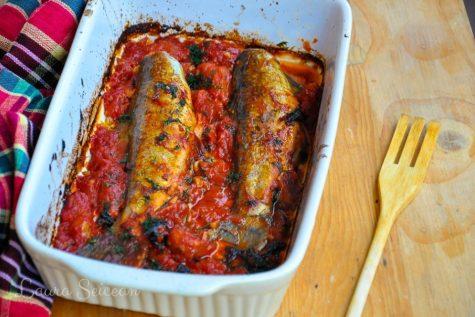 Pește la cuptor cu roșii și usturoi, rețetă simplă