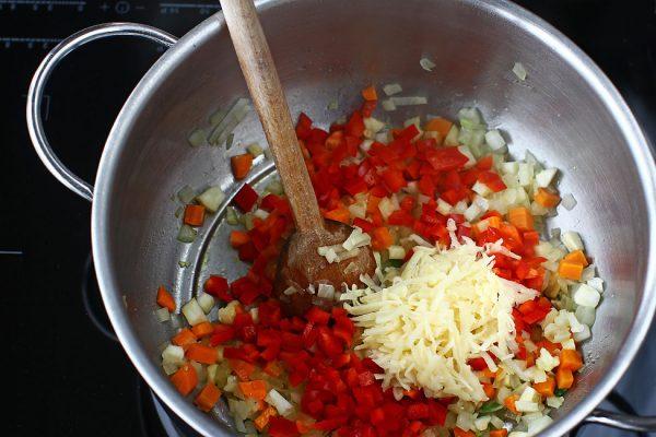 reteta-ciorba-de-legume-de-post-adaugarea-ardeiului-si-a-cartofului-ras