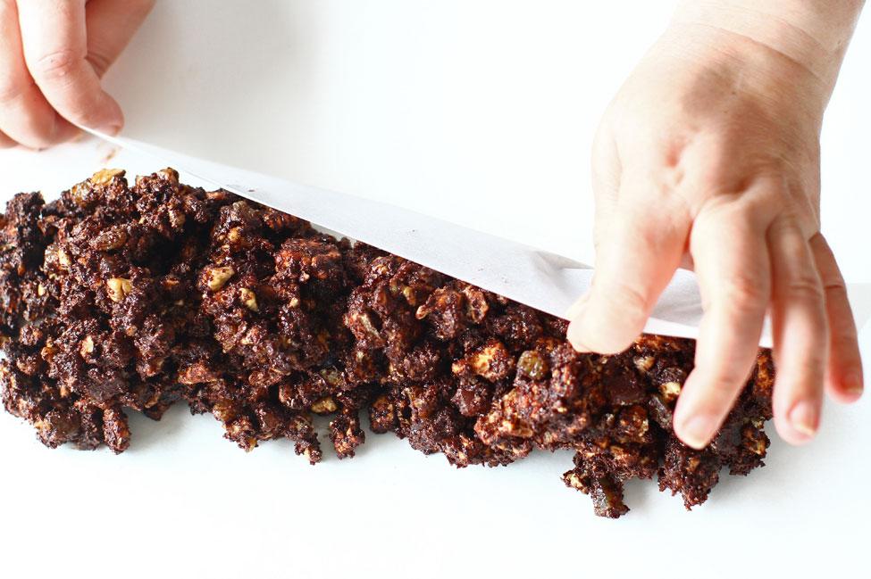 reteta-de-salam-de-biscuiti-de-post-modelarea-salamului-cu-ajutorul-colii-de-hartie-de-copt