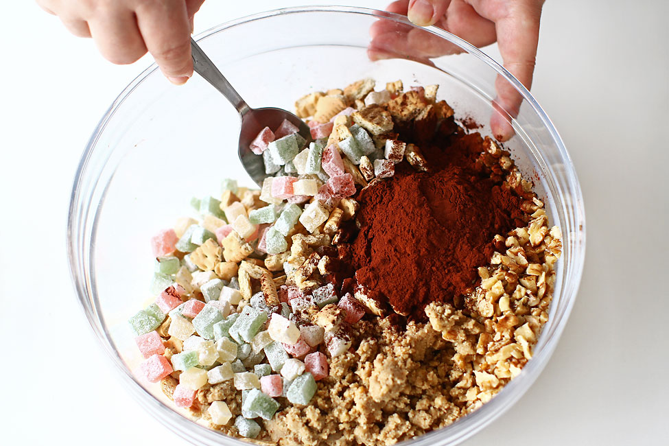salam-de-biscuiti-reteta-de-post-amestecarea-ingredientelor-uscate