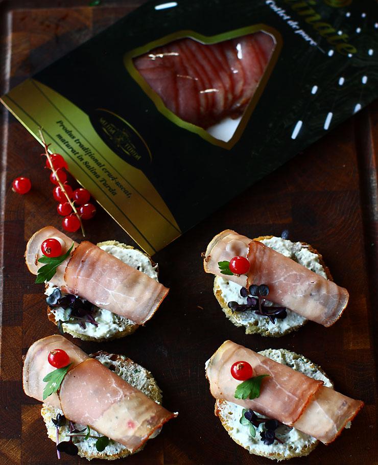 aperitiv-festiv-rulou-de-cotlet-afumat-umplut-cu-crema-de-branza-si-coacaze-rosii