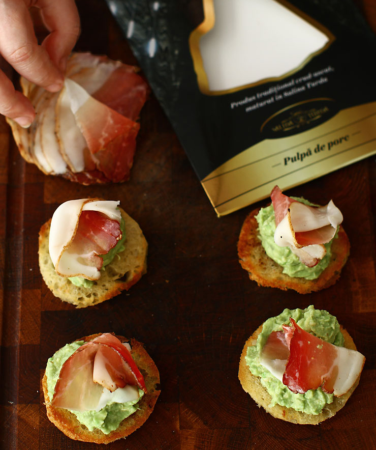 aperitive-festive-canape-cu-avocado-si-pulpa-de-porc-afumata