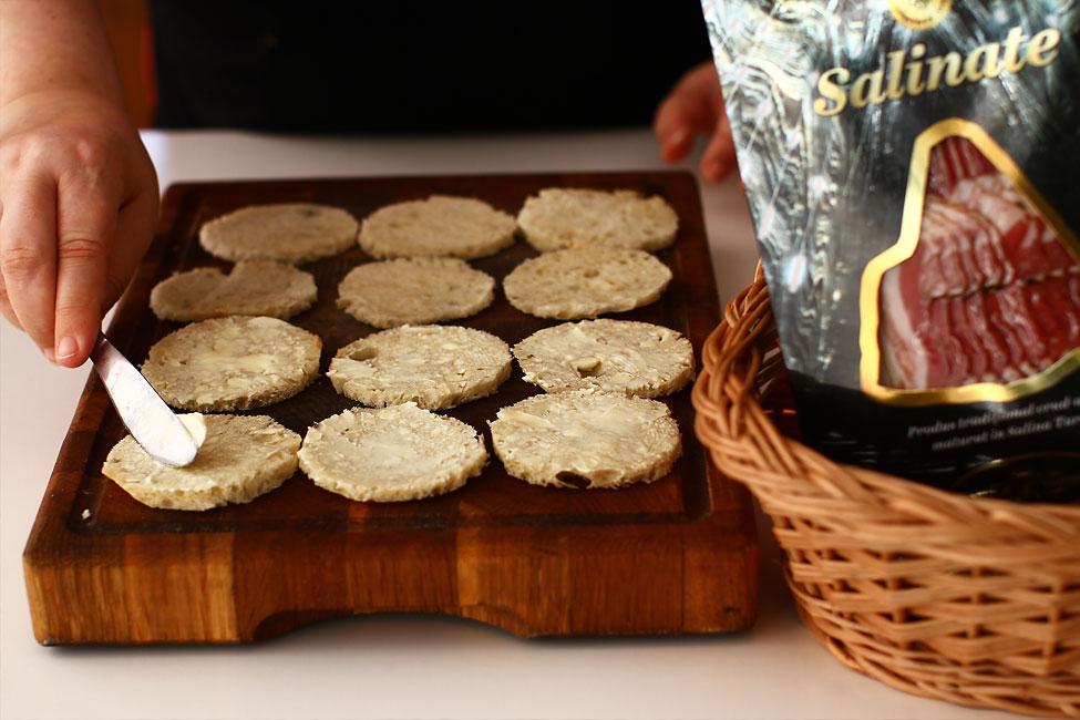 aperitive-festive-pregatirea-bazei-de-paine-cu-unt