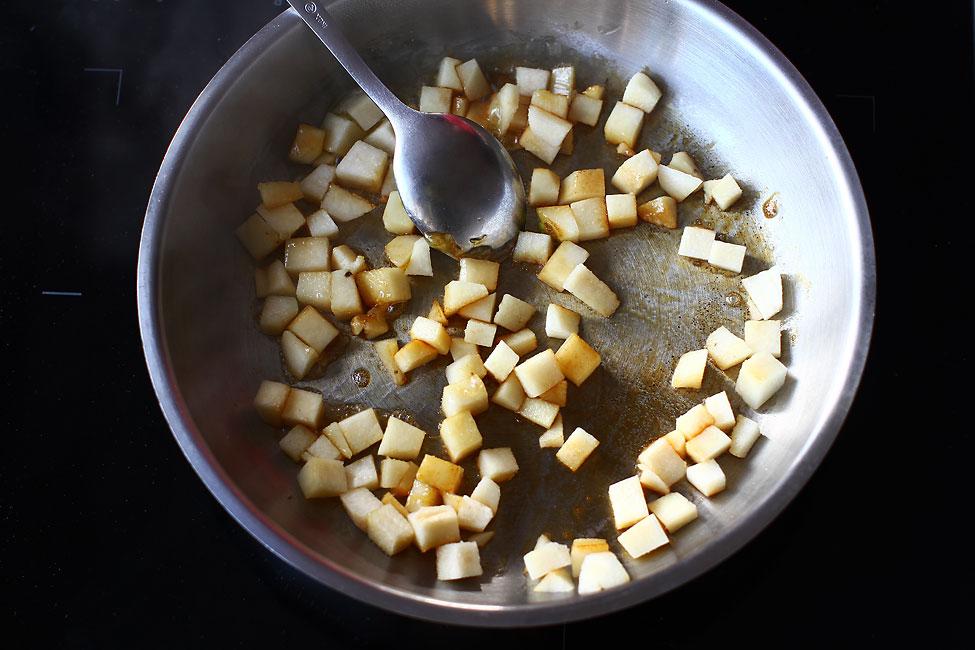 caramelizarea-gutuilor-pentru-aperitiv-festiv-cu-ceafa-de-porc-afumata-branza-si-gutui