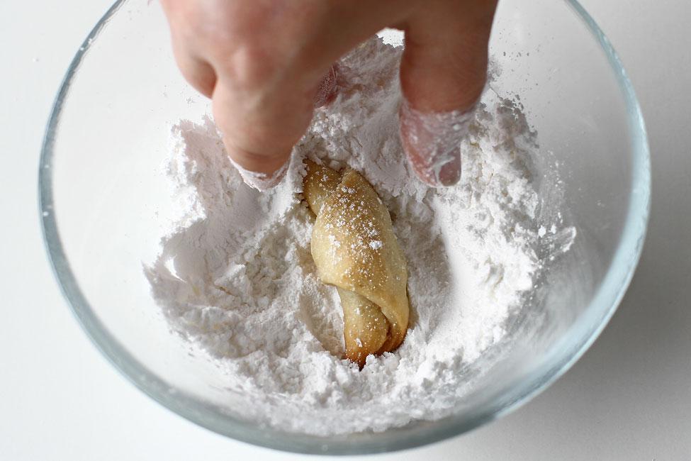cornulete-din-aluat-cu-bors-reteta-de-post-de-cornulete-cu-umplutura-de-rahat-pudrate-cu-zahar-vanilat