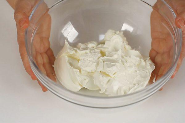 crema-pentru-torturi-si-prajituri-cu-mascarpone-si-caramel-mascarpone-pregatit-de-lucru