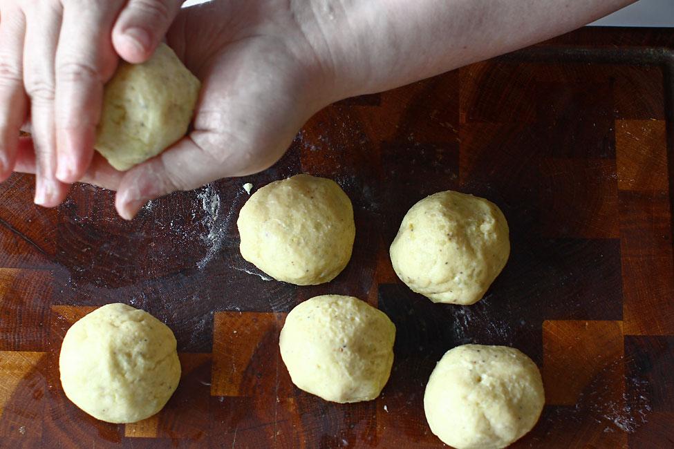 galuste-de-cartofi-modelate-gata-de-fiert-reteta-galuste-de-cartofi-garnitura-pentru-friptura