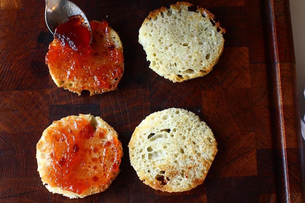 mod-de-preparare-aperitiv-cu-ceafa-de-porc-afumata-si-gutui-peltea-de-gutui-pe-painea-prajita